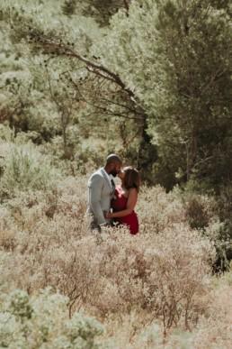 coule de black afro américain qui s'embrasse dans le maquis a saint rémy de provence