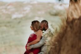 photographe couple dans les alpilles. Couple noirs en tenus de soirée qui s'enlace