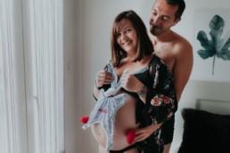 photo grossesse couple dans une chambre avec le doudou de bebe. lingerie kimono