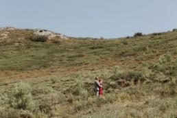 photo d'un couple black sur le chemin du château de roquemartine à com d'eyguières en prince, dans les bouches du rhône