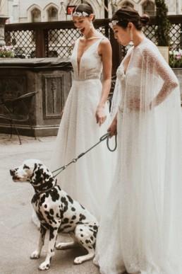 deux femmes en robe de mariage et un chien dalmatien dans un palace hôtel a new york le lotte palace new york