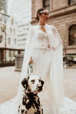 une mariée qui tiens en laisse son chien un dalmatien a new york devant le lotte palace new york hôtel
