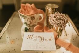 faire-part de mariage à new York blanc et calligraphie doré. Ruban de mariage, et table en verre fumé