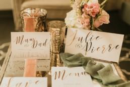 photographe faire-part de mariage et papeterie. Menu, carton d'invitation et save the date. ruban de mariage rose et vert