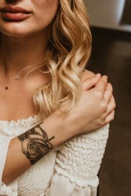 partenaire coiffeuse et photographe Montpellier, portrait femme blonde cheveux chez la coiffeuse diane lauré a montpelier. Main sur l'épaule avec tatouage sur l'avant bras