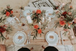 table de mariage d'automne. vaisselle vintage, bougies, fleurs de mariage. décoration de mariage