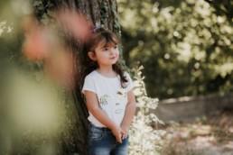 photo d'une petite fille contre un arbre par le meilleur photographe enfant à Montpellier