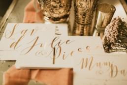 faire-part de mariage blanc et or. photographe de papeterie de mariage