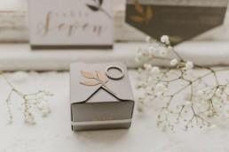 boites cadeau en carton gris pour les invités de mariage. Alliance de mariage tiffany new york en or blanc et boule