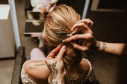partenaire coiffeuse Diane Laure et Ludivine photographe à Montpellier. Coiffeuse tatoué qui fair un e coiffure de mariage avec barrettes perles er brillant