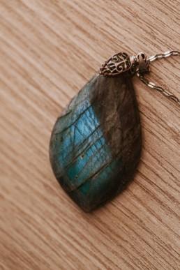 pierre naturelle labradorite ovale, lumière interne bleu, monté sur chaine en argent