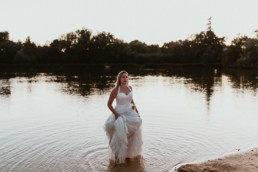 femme en robe de mariée toute mouillé au bord du lac d'Annecy. photographe day after