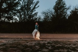 mariée veste en jeans qui fait du stop la nuit à balard