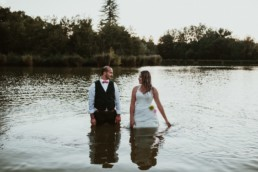 couple en habits de mariage, qui se ragent et qui sont dans l'eau à monaco, pour la séance photocopie apres le mariage en provence