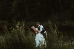 le mariée qui bascule sa femme en arrière pour l'embrasser. Photo pendant la séance photo de couple apres le mariage a sete