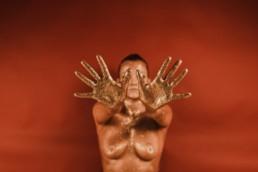 femme qui tends les bras devant elle et montre ses mains doigts écartés