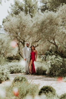 couple de modèles black en tenue de cocktail de mariage. Dans le jardin d'un mas à saint-rémy-de-provence