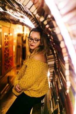 femme sous le tunnel de livre la la bibliothèque the last bookstore de los angeles