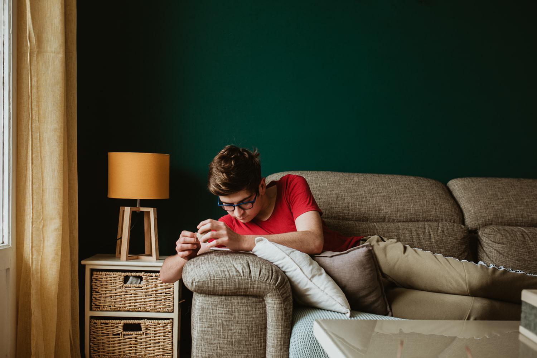 photo d'adolescent sur son téléphone