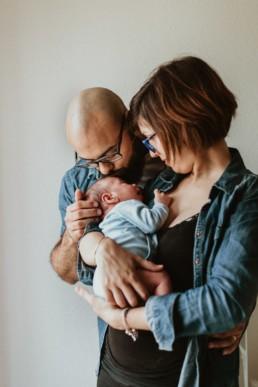 photo de parents en jeans avec bébé body bleu a lune