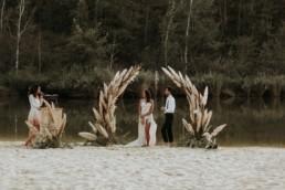 cérémonie laïque au bord de l'eau avec arche en pampa
