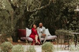 invités de mariage, couple noir. Discution des amoureux afro américain pendant le vin d'honneur à mouriès dans les alpilles
