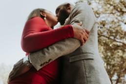 robe rouge de demoiselle d'honneur afro américaine. Mariage à Maussane-les-alpilles en provence