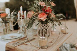 Bougeoir de table de mariage d'automne. Décoration table de mariage. Fleurs de mariage, rose orange, branche d'olivier, vaisselle vintage et macramé