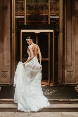 mariée devant dans l'hôtel a new york. Robe en sequin et couronne de perle dans les cheveux