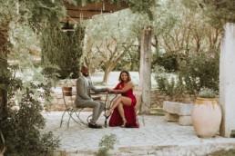 photographe de couple afro américain à fontvieille. Couple en tenue de cocktail de mariage