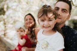 petite fille qui souris dans les bras de son papa, pendant une séance photo enfant à Montpellier a cote de Nîmes