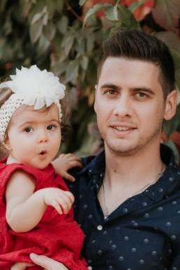 portrait bébé fille fans les bras de son papa a montpellier