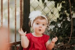 bébé fille trop mignonne, qui gazouille, bandeau dans les cheveux