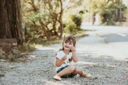 petite fille qui joue dans les cailloux dans le languedoc roussillon