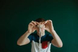 photo d'un adolescent qui montre son vieux doudou tout abimé