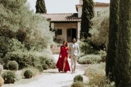 couple de black devant un mas provençal à saint rémy de provence. Robe de soirée rouge fendu sur la cuisse