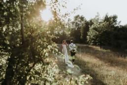 couple de mariés qui rigole. mariage en automne à Montpellier