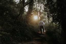 couple de mariés qui marchent dans la nature, pur une cérémonie laïque en petit comité