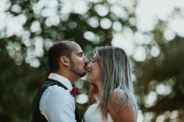 homme en costume de mariage qui embrasse sa femme sur le bout du nez à montpellier