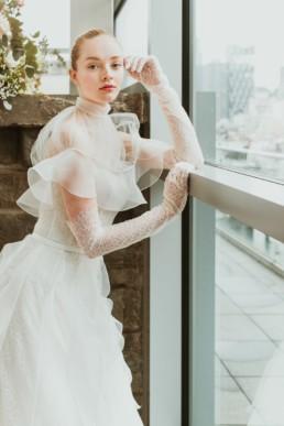 robe de mariée en tulle et dentelle, gants longs jusqu'aux coudes, et boléro/cape de mariage. Designer Isabelle armstrong