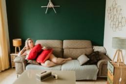 pillow challenge sur le canapé, oreiller rouge, blonde