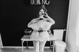 pillow challenge,ge dans la cuisine dans un appartement, photo en noir et blanc