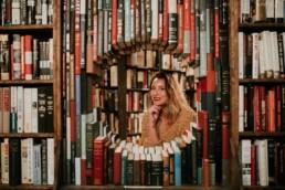 portrait de femme dans le cercle de livres de la bibliothèque the last bookstore en californie