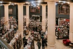 hall d'entrée avec les colonnes de l'ancienne banque devenue la bibliothèque the last bookstore de los angeles