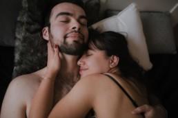 un couple qui dort dans un lit. homme barbu femme brune dans l'Hérault