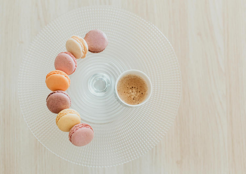 Instagram meilleure photo culinaire avec macaron et café