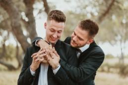 couple gay homme qui regardent leurs alliances de mariage en Provence