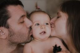 bisous des parents sur les joues de bébé fille, en peau à peau à la grande motte