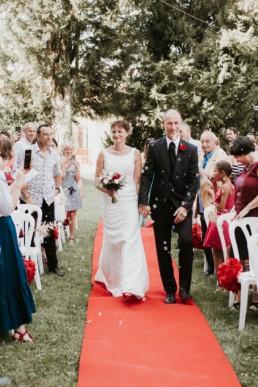 les mariés qui remontent l'allée de la cérémonie laïque de mariage à Alès