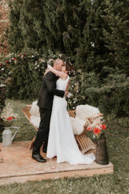 le baiser des mariés à la fin de la cérémonie laïque avec rituel des rubans, mariage à castelnau le lez